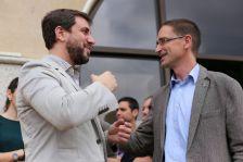 El conseller Toni Comín saluda l'alcalde Marc Bosch a l'entrada de l'Ajuntament