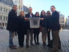 Alcaldes del Maresme transporten una urna del referèndum utilitzada a Dosrius